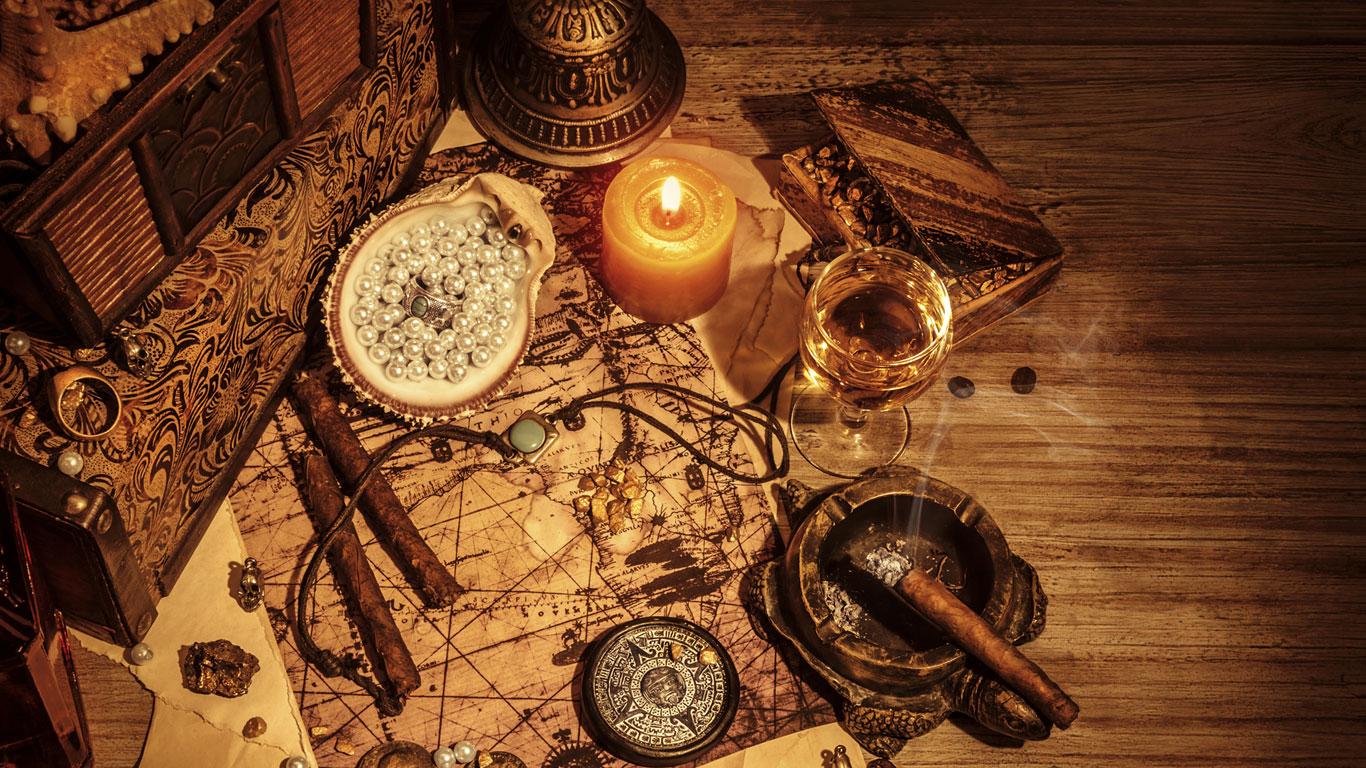 Alte Landkarte mit Kompass und verschiedenen Instrumenten
