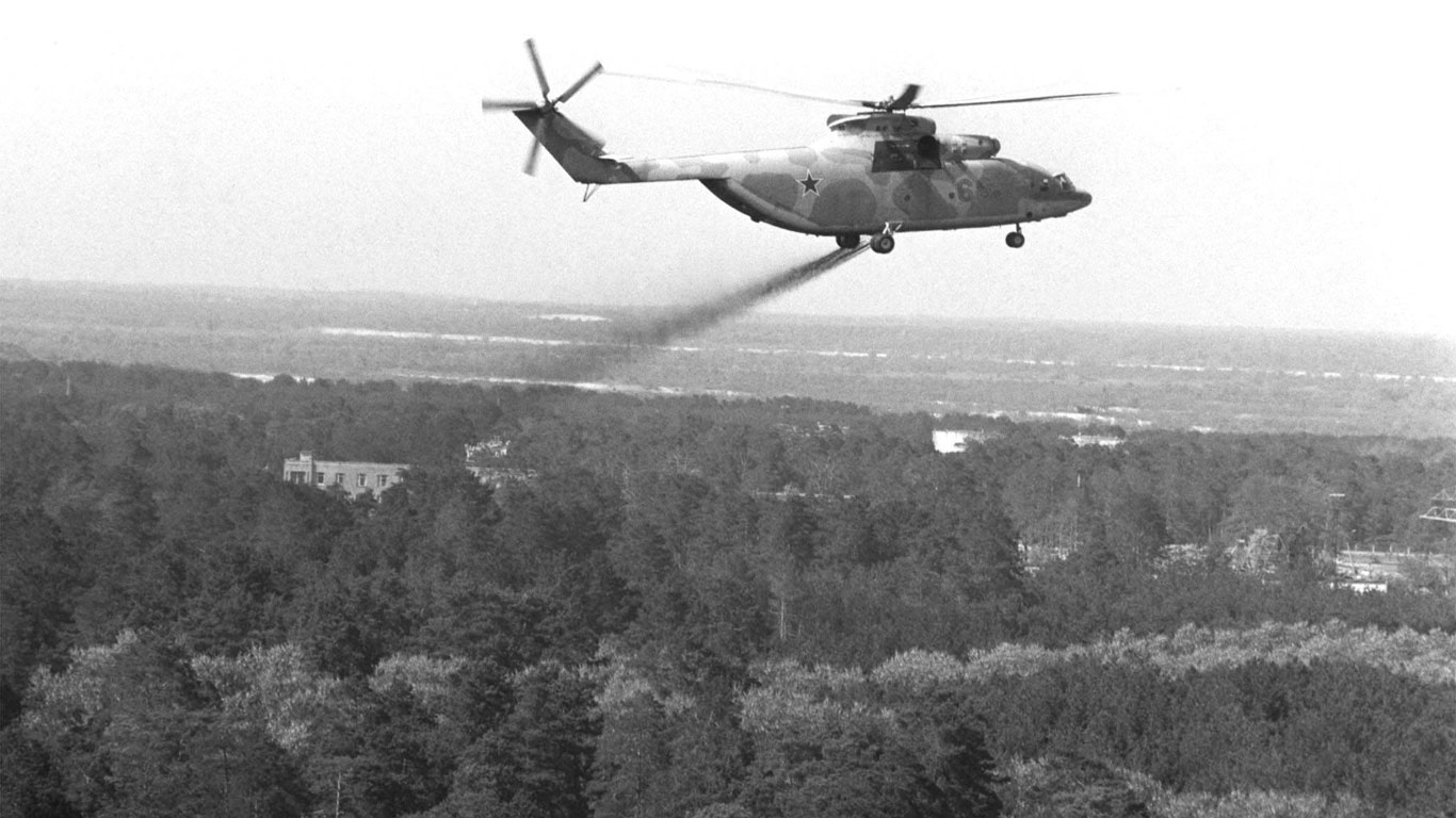 Der Kampf gegen die Strahlung beginnt - mit dem Hubschrauber…