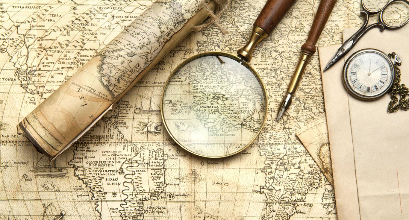 Landkarte mit Lupe und weiteren Werkzeugen