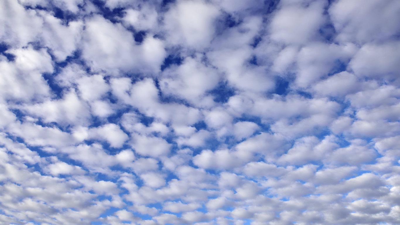Große und kleine Schäfchenwolken