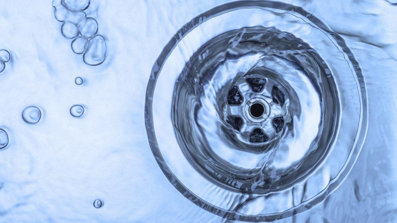 Auf der Süd- und Nordhalbkugel rotiert das Wasser in unterschiedlichen Richtungen im Abfluss