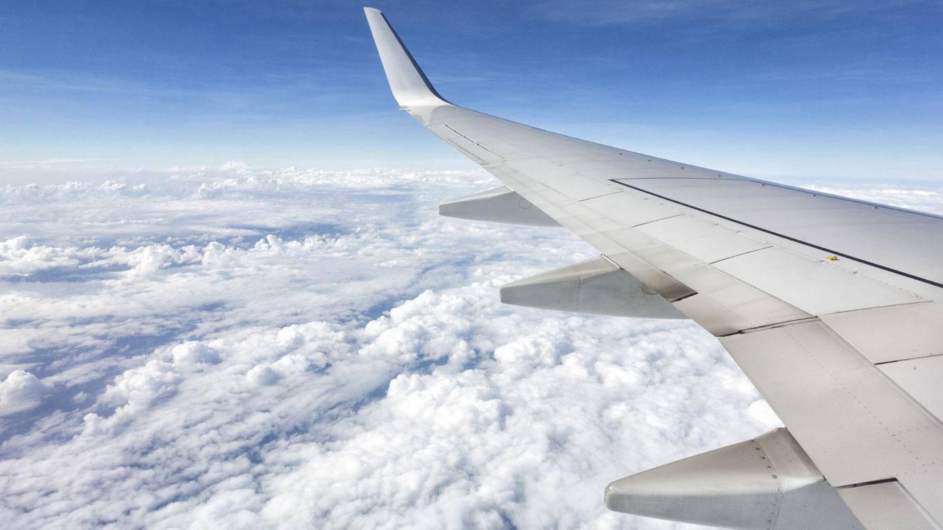 Ein Flugzeug fliegt, weil seine Tragflächen besonders geformt sind