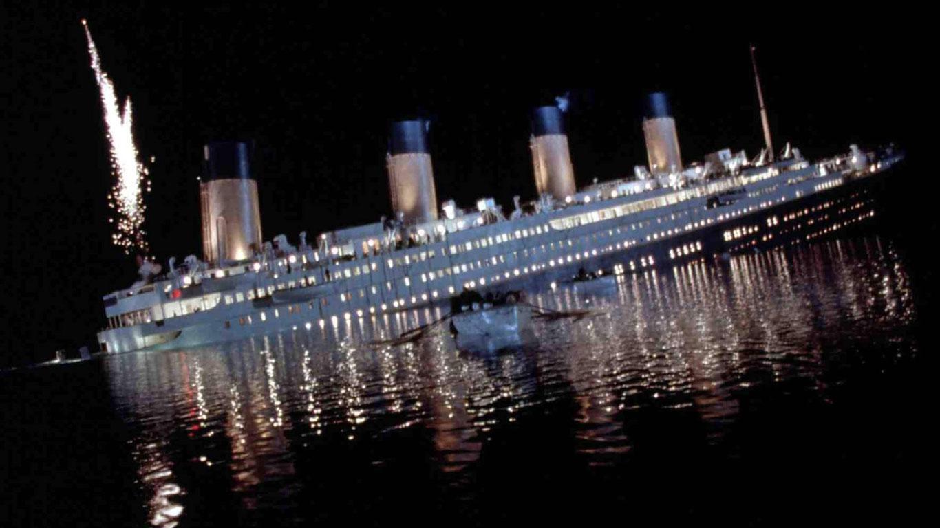 Sinkende Schiffe saugen einen Schwimmer mit nach unten