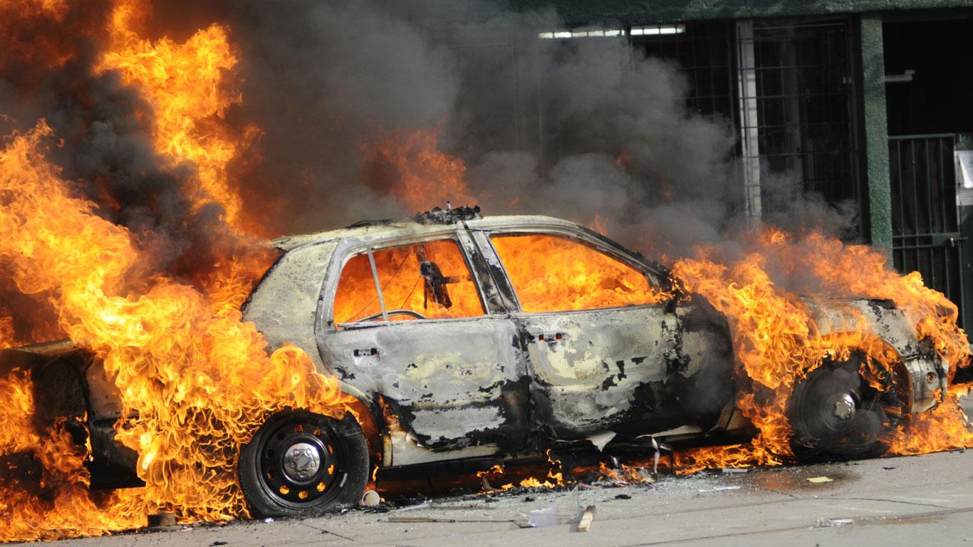 Ein Schuss in den Tank bringt ein Auto zur Explosion