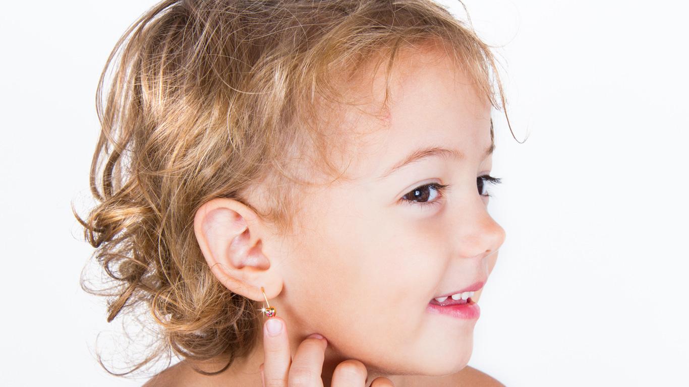 Ohrlöcher für Kleinkinder: Wie gefährlich ist der Beautytrend?