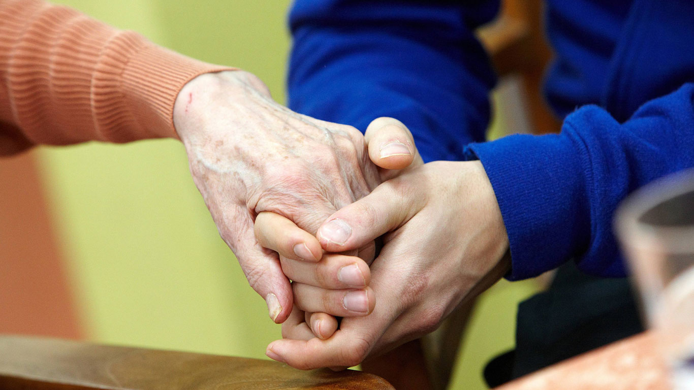 Alzheimer: Wenn Erwachsene wieder zu Kindern werden