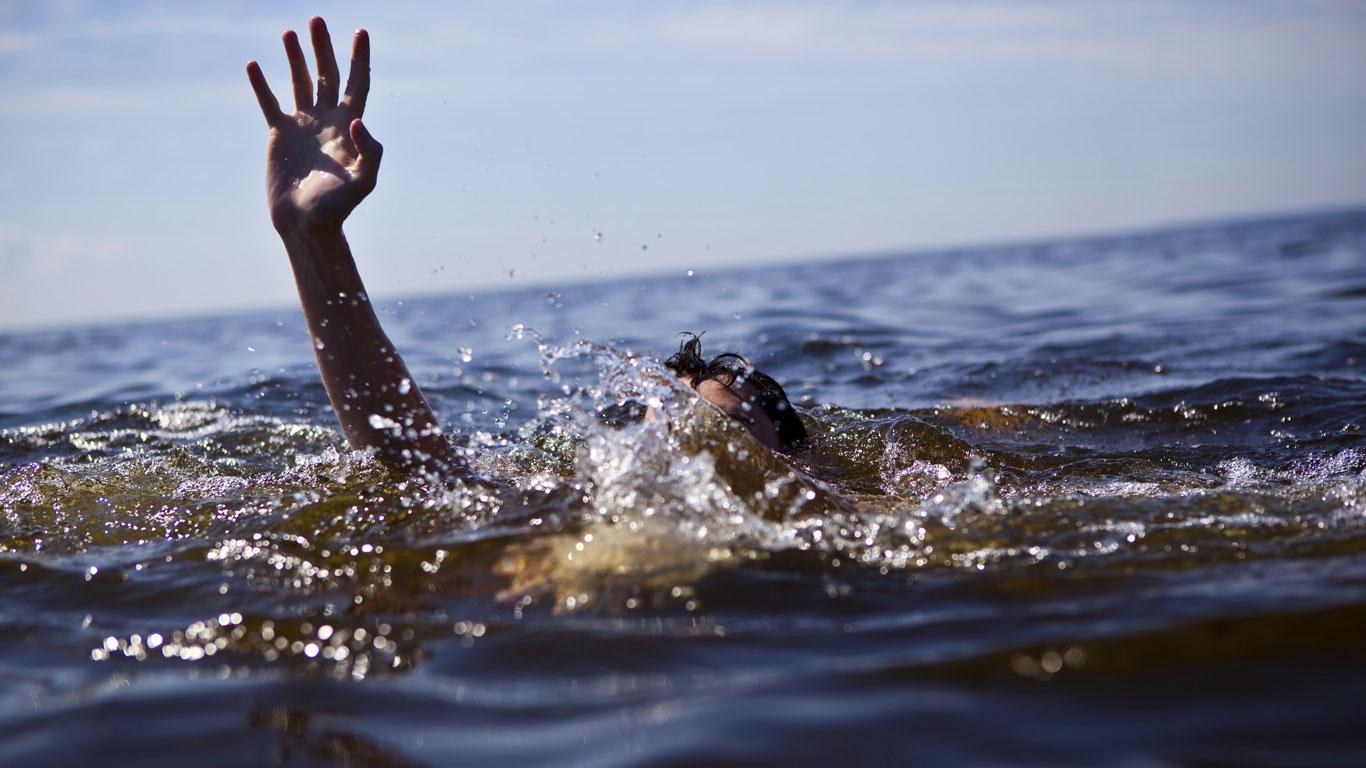 In Seenot geratener Mensch streckt Hand aus dem Wasser