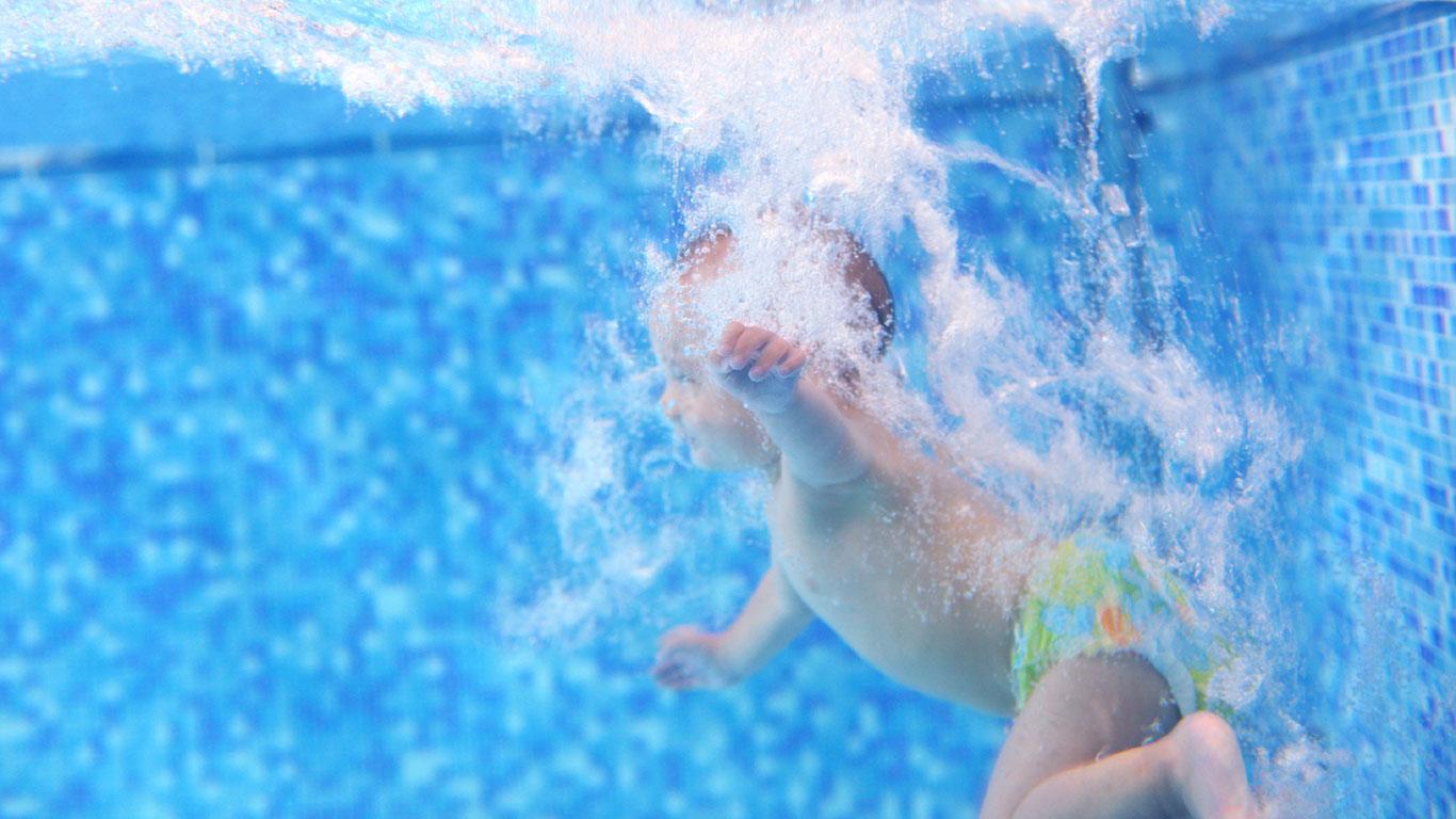 Babyschwimmen fördert die Entwicklung