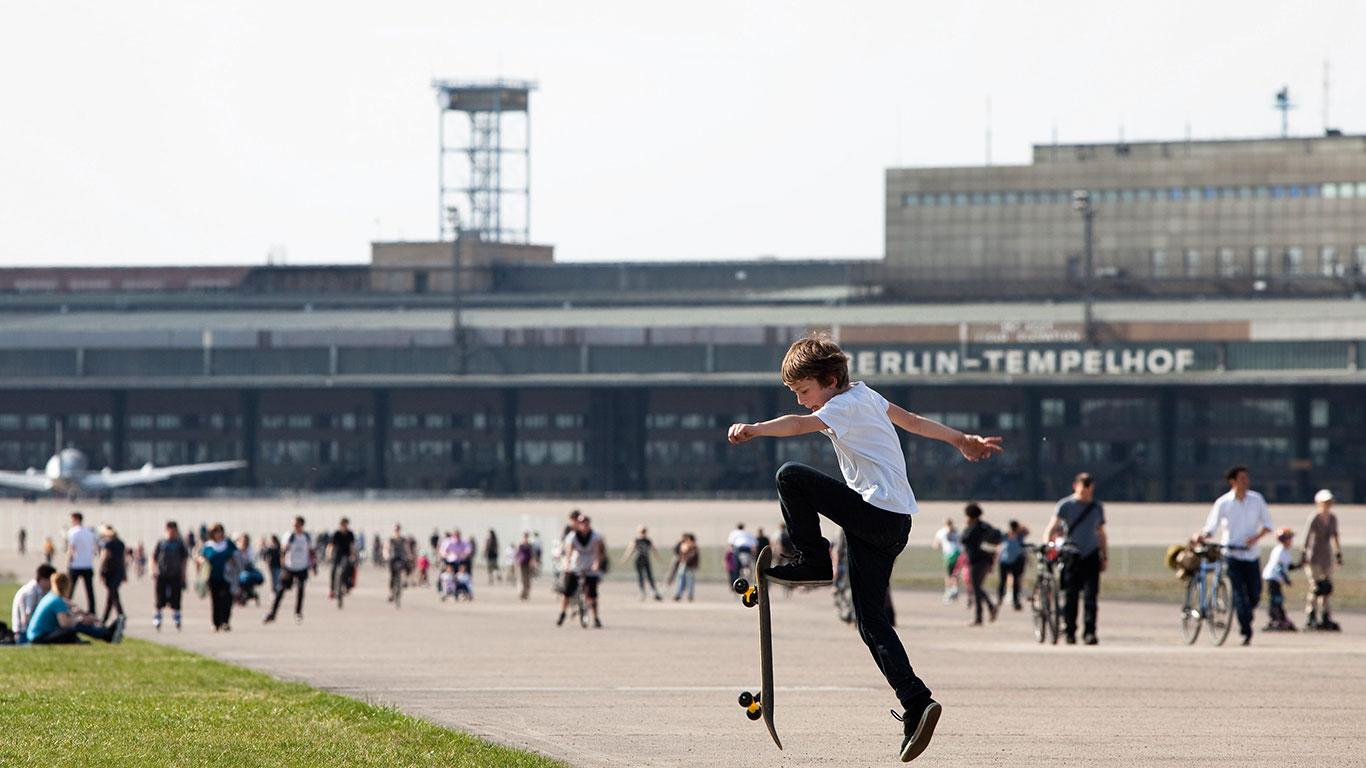 """Berlin: Sportplatz """"Flughafen Tempelhof"""""""